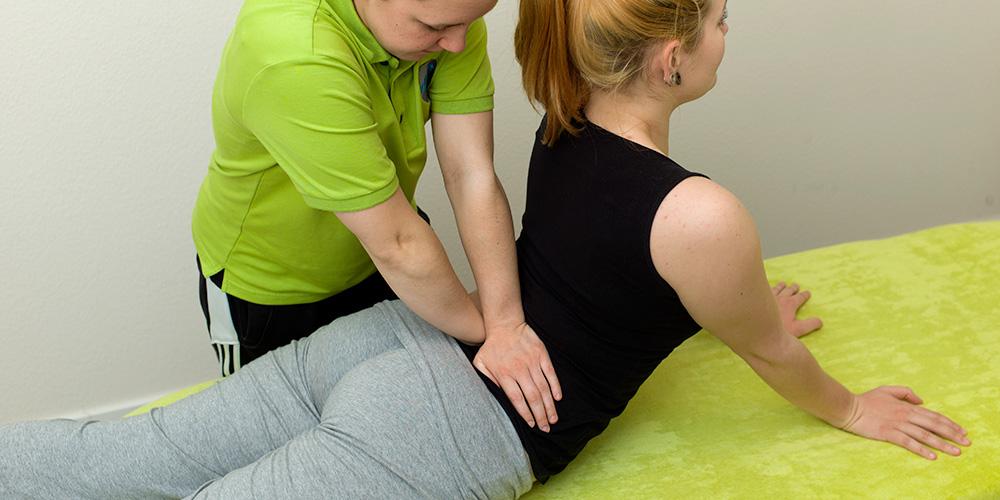 Eine Patientin wir mit der Mc Kenzie Methode behandelt.